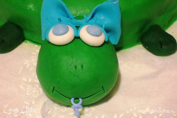 Украсить мастикой. Мастику тонко раскатать и покрыть торт.