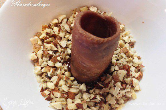 На водяной бане растопить 50 г шоколада. Пол стакана фундука мелко порубить ножом. Обмакнуть края канноли в растопленный шоколад, затем в нарубленные орехи обсыпать орехами и дать застыть. Можно отправить ненадолго в морозильную камеру для более быстрого застывания.