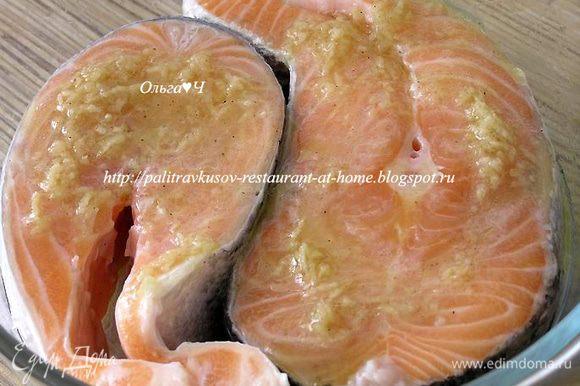Филе лосося залить половиной маринада, оставить при комнатной температуре на 10 минут (один раз перевернуть).