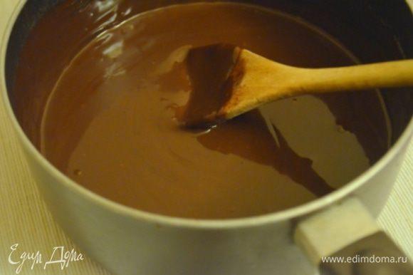 Для ганаша распустить в горячих сливках шоколад.