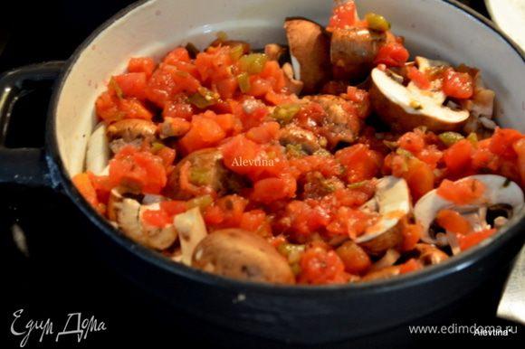 Обжарить мясо на растительном масле на разогретой сковороде или жаровне. Добавим 1 ч.л соль чесночной с перцем. Добавим тимьян, бульон,красное вино, овощи порезанные, грибы порезанные. Замороженную кукурузу добавим в конце готовки.