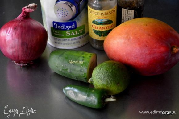 Порезать мелкими кубиками очищенный манго, огурец, халапеньо без семян, луковицу красную, порубить кинзу, посолить и поперчить, сбрызнуть соком лайма. Все взбить в блендаре до пюре.
