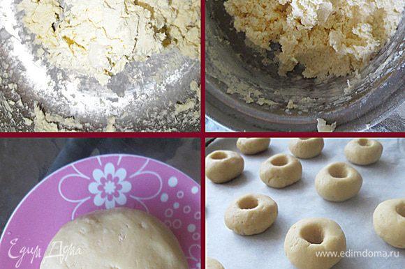 Масло взбить с сахарной пудрой, затем добавить белок и снова взбить. Добавить в масляную смесь, просеянную муку с ваниль, соль. и эссенцией. Замесить тесто (5 минут) Оставить тесто на 10 минут. Разделить тесто на равные части и сформировать колобки, в центре которых с помощью пальца или чайной ложки сделать углубление. Лист застелить пекарной бумагой и выпекать печенье 10 минут. Готовое печенье посыпать сахарной пудрой и заполнить джемом, вареньем. В моем случае клюквенное варенье.