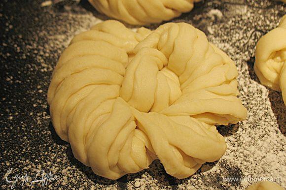 Сформированные булочки переложить на противень, дать подняться, смазать желтком и посыпать кунжутом.