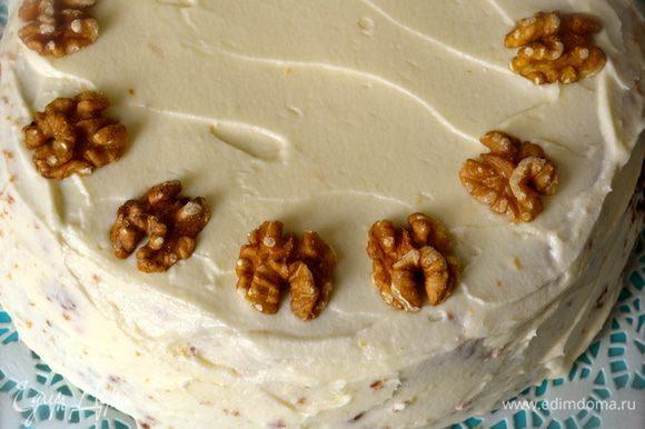 Украсить по Вашему усмотрению. Мне нравится выложить по кромке торта половинки грецких орехов... Все мечтаю сделать маленькие морковки из мастики..., но пока никак... ))))