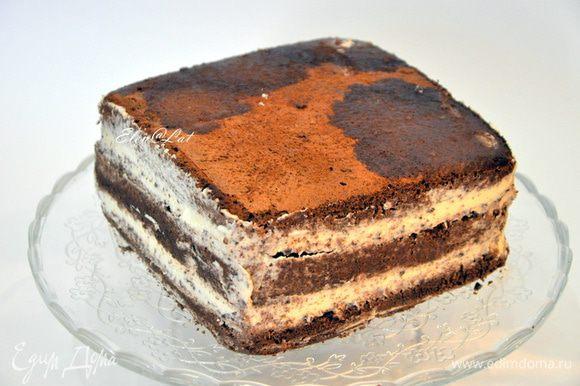 Далее опять бисквит, пропитать кофе, вторую часть белого крема, снова тертый шоколад и пропитанный бисквит. Пропитывайте щедро бисквит. От пропитки он не станет мокрым, а будет ооочень нежным. Торт поставить в холодильник на 1 час.