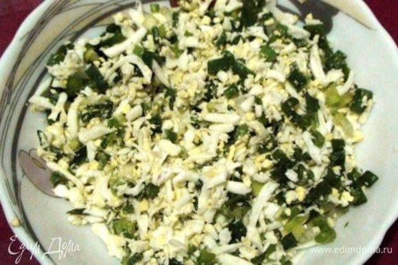 Яйца сварить, натереть на крупной терке и смешать с измельченным зеленым луком.