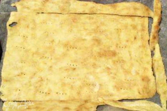 Корж тонко раскатать сразу на пергаменте, обрезать (у меня как раз есть досочка нужного размера), наколоть вилкой и вместе с обрезками перенести в разогретую до 200 градусов духовку. Выпекать несколько минут до легкой румяности.