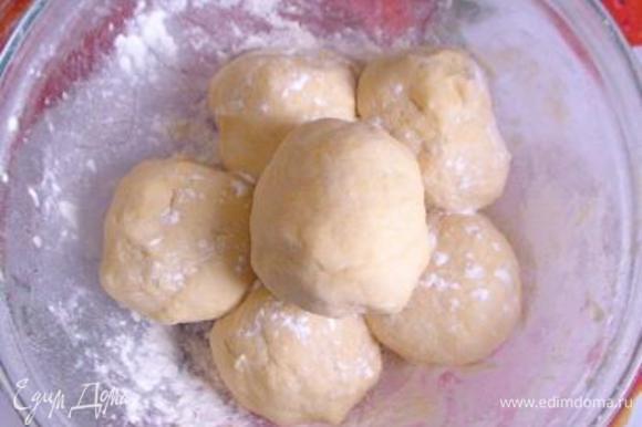 Добавить желтки, уксус и сметану и замесить мягкое тесто. Разделить на 6 одинаковых шариков, накрыть пленкой и поставить на пару часов в холодильник.