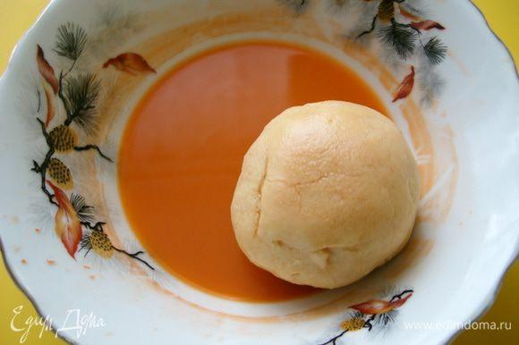 """Морковь натереть на мелкой тёрке и отжать через марлю сок.""""Персики""""по очереди окунать в чашку с морковным соком."""