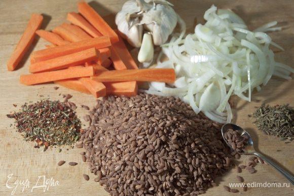 """Готовим зирвак. В курдючном растопленном жире обжариваем сначала морковь, затем лук. Добавляем специи для плова. Уменьшаем огонь до минимума. Тушим 30 минут. Если сока из овощей будет выделяется мало, можно добавить немного мясного бульона. В готовый зирвак выкладываем рис и через шумовку вливаем кипяченую горячую воду. Из расчета 1:1 (вода-рис). На минимальном огне доводим рис до готовности. В почти готовый рис помещаем головку чеснока. Снимаем казан с огня и накрываем его полотенцем, чтобы рис """"дошел""""."""