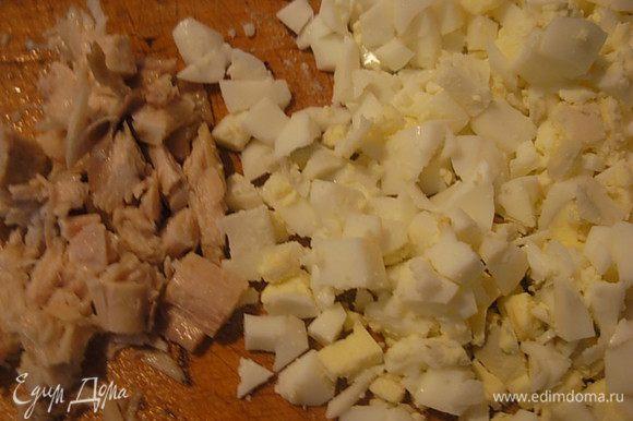 Порезать мелким кубиком отварное мясо курицы и варенные яйца. Посолить по отдельности мясо и яйцо.