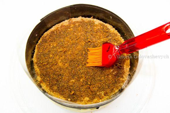 Кофейный сироп: Воду (100мл) с сахаром (130г) довести до кипения. Дать остыть, затем добавить растворимый кофе (1 ст.л.) и кофейный экстракт (1 ч.л.). СБОРКА: Бисквит разрезать на 5 коржей. Корж пропитываем кофейным сиропом.