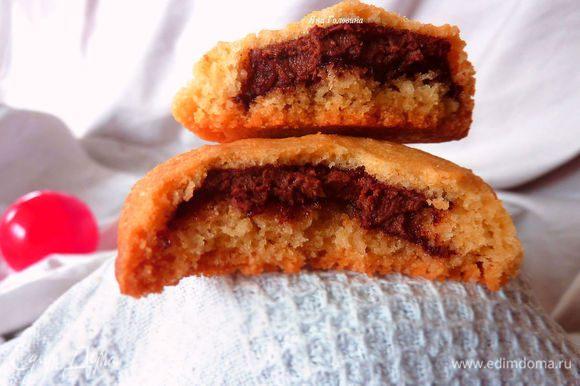 Запекать 10-15 минут, печенье должно оставаться светлым. Остудить и угощать. Хранить в закрытом контейнере при комнатной температуре.