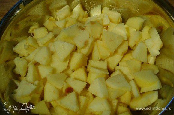 В кастрюле залить яблоки яблочным соком (3 ст. л. сока отставить в сторону), посыпать 50 г сахара и полить соком лимона. Тушить 5 минут.