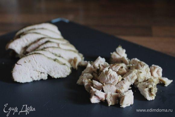 Тем временем подготовить начинку. Куриное филе смазать соусом песто, посолить, поперчить и обжарить до готовности.