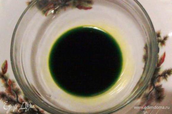 Развести пищевой краситель в ложке воды.