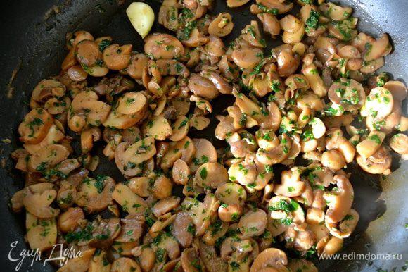 Добавить в сковороду грибы. Обжаривать до готовности. В процессе обжаривания добавить половину белого вина. Посолить и поперчить по вкусу. Готовые грибы отставить в сторону.