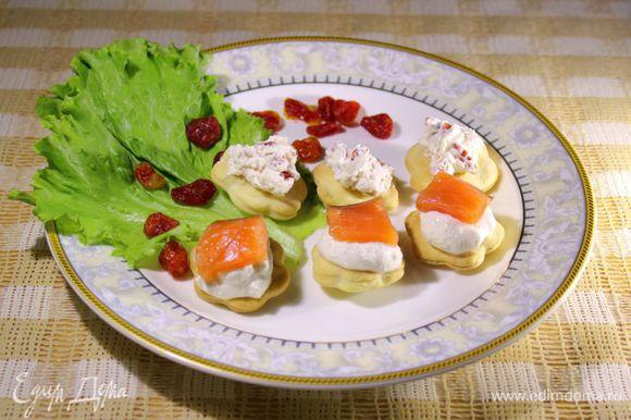 Вторую половину сыра выложить на печенья и сверху положить кусочек семги. Канапе готовы! Приятного аппетита!:)))