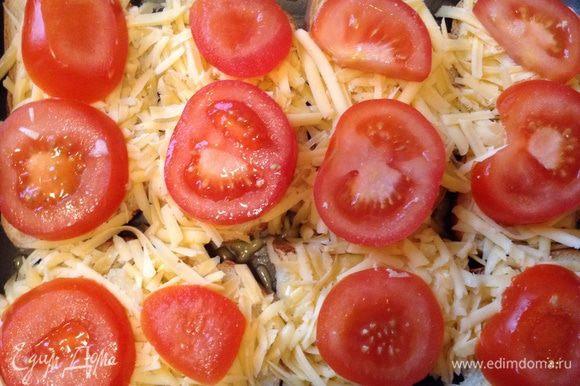 Затем помидоры, чуть присолить. И поставить обратно в духовку еще минут на 13-15 (до расплавливания сыра), они ни в коем случае не должны сильно зажариться!