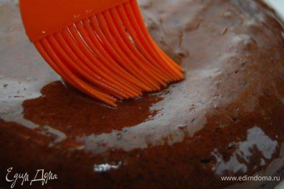 Бисквит извлечь. Тут же пропитать. Для этого следует соединить сахар и кипяток. Если сахар не растворится (а он, скорее всего, не растворится – поставьте посуду в микроволновку и немного прогрейте, это ускорит процесс). Остудите жидкость до комнатной температуры и ароматизируйте спиртным. Бисквит можно наколоть зубочисткой перед тем, как пропитывать.