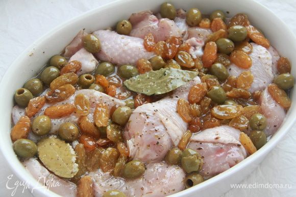 Залить этой смесью куриное мясо. Сверху присыпать коричневым сахаром.
