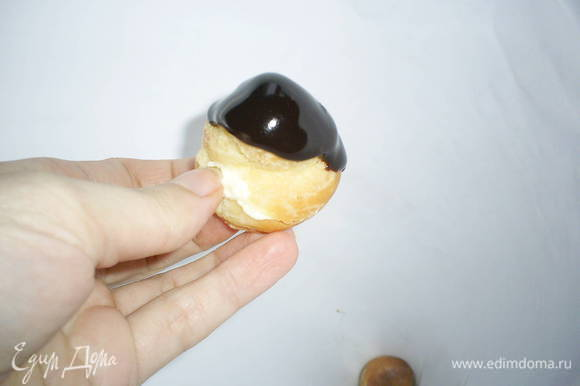 Приступаем к сборке. Обмакиваем верх самой маленькой и ровненькой профитрольки с кремом в глазурь и укладываем в конус. она будет его верхушкой. Так же поступаем и с остальными. Профитроли с белым и шоколадным кремами чередуем в произвольном порядке.