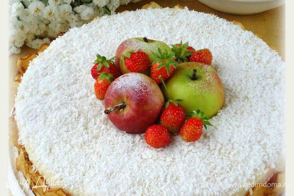 После торт вынуть из холода, освободить из формы и от файлов. Украсить по собственному желанию. Я украсила кокосовой стружкой, ягодами и яблочными чипсами. Приятного!!