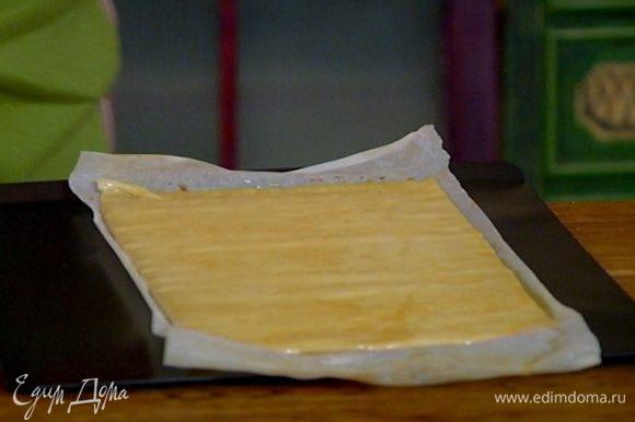 Противень выстелить бумагой для выпечки, выложить тесто и выпекать в разогретой духовке 5–7 минут.