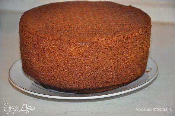 Перелить равные части в две формы диаметром 21 см. и Выпекать 25—30 минут при 200 °С. Охладить. *** Лучше выпекать в двух формах, разделив тесто на две части, так быстрее и надежнее, в том плане, что бисквит пропечется.