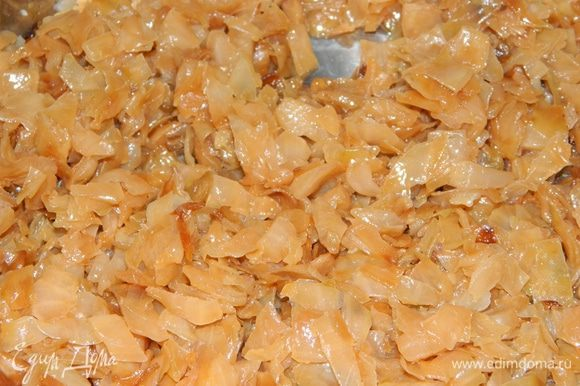 Белокочанную капусту нарезать кубиками. В сковороде разогреть растительное масло, добавить нарезанную капусту, тушить до готовности. В конце добавить соль.