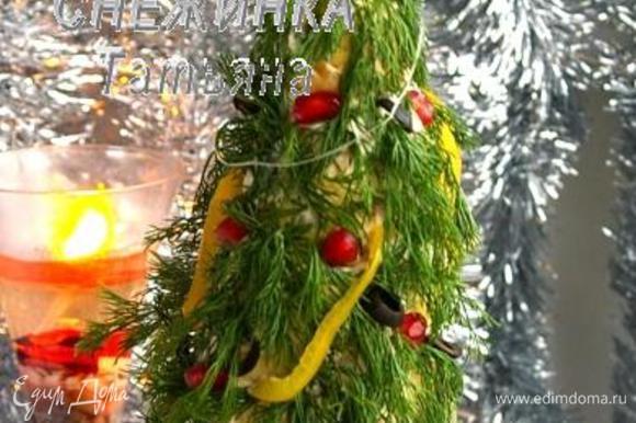 Ну и самое главное – это звезда-верхушка «ёлки». Вырезаем е из сырой моркови и крепим к «ёлке» на зубочистку.