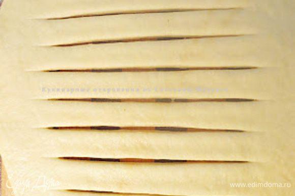 На первой лепешке сделать поперечные разрезы, отступая от края по 2- 3 сантиметра.