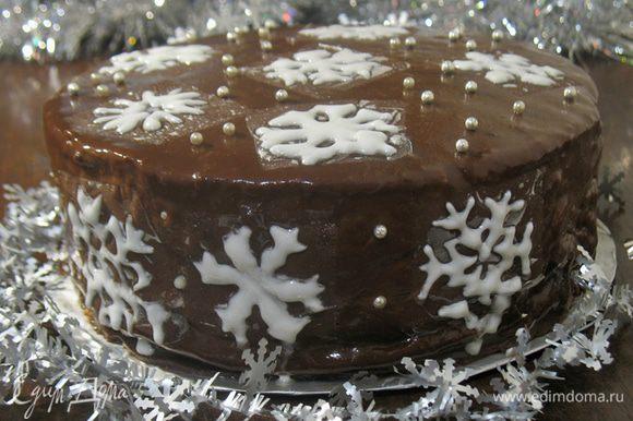 Достаем торт из холодильника украшаем по желанию. Я пыталась украсить айсингом, но в очередной раз меня посетил склероз, я просто забыла что он должен сохнуть 2 дня. Вот что у меня получилось.