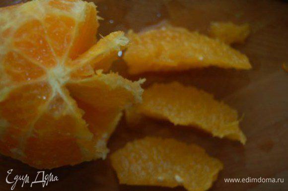 Апельсин очистить от кожуры и вырезать филе. Нарезать небольшими кусочками. Сок, выделившийся при нарезании мякоти - сохраните (потом он пойдет в начинку)