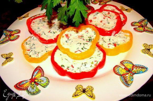 Подавать, порезав колечками. Бабочки тоже съедобные (вафельные), но есть их не стоит)) Приятного аппетита!