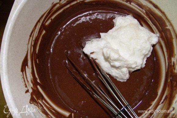 Сливки (150 мл) взбиваем с сахаром (50 г) в отдельной посуде. Затем сливки вводим в шоколад, аккуратно перемешиваем до однородного состояния. Затем маленькими порциями вводим белки.