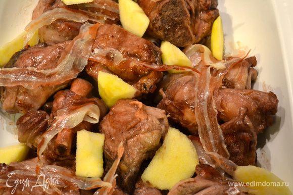 Переложить кусочки мяса в форму, которую можно поставить в духовку. Полить образовавшимся соусом со сковороды. Выложить на козлика полосочки бекона и положить в свободном порядке кусочки яблока. Поставить форму в духовку на нижний уровень (чтобы мясо слишком не подсохло сверху).