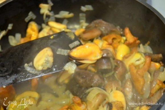 Добавляем мидии и тушим еще 5 минут. Солим, перчим, добавляем немного сухого тимьяна.