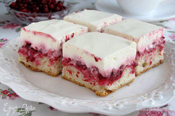 Когда пирог полностью остынет, обильно смазать его сметанным кремом. Наливать горячий чай и наслаждаться. ))) Приятного аппетита!