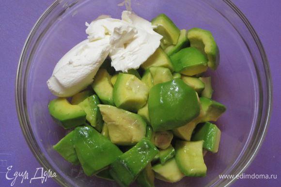 Мякоть авокадо с творожным кремом поместить в блендер.