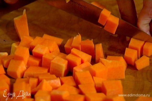 Тыкву нарезать небольшими кубиками.