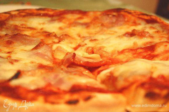 Ставим в заранее разогретую духовку при температуре 230-250° С на 7-10 минут. Подождем немного пока пицца остынет и разрезаем на кусочки. Можно подавать к столу! Приятного аппетита! Bon appetit!