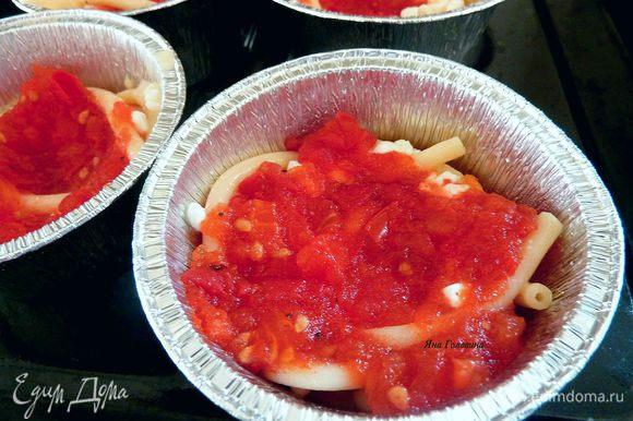 На пасту половину творожной смеси. Сверху половину томатного соуса.