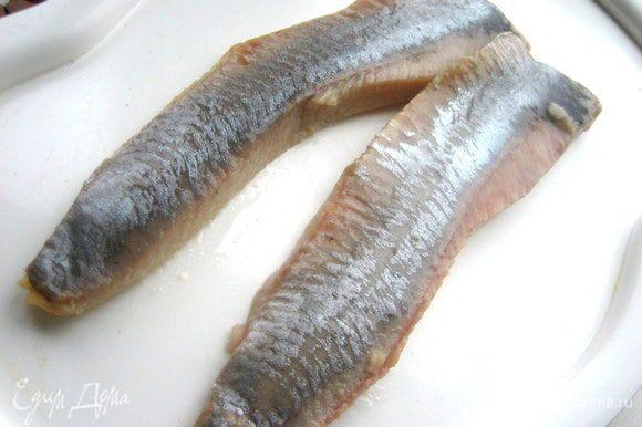 Филе легко обрезается по краям, имитируя женские ножки (пусть и полненькие!). Даём стечь лишнему маслу на салфетке и переносим на плоское блюдо.