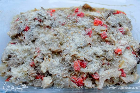 Духовку разогреть до 200 градусов. Мясо с овощами и соусом выложить в форму , присыпать верх молотыми сухарями. Выпекать около 25 минут. Корочка должна стать слегка запеченной и хрустящей, а мясо должно приятно благоухать.