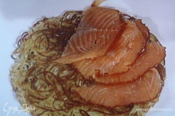 Собираем торт: на картофельный корж выкладываем лосось, смазываем половиной крема,