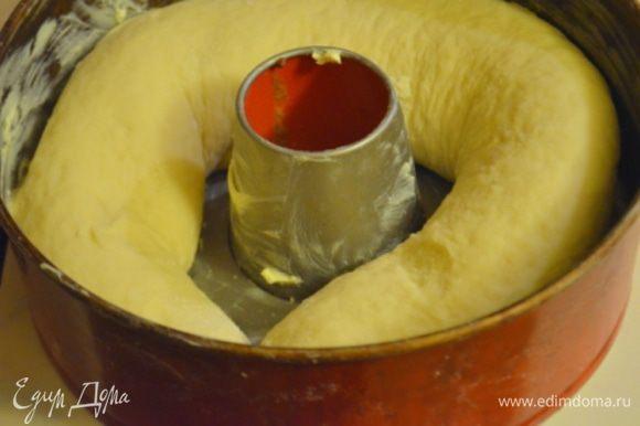Перенести в кольцевую форму для выпечки, смазанную сливочным маслом, дать постоять еще 20 минут под полотенцем. За это время рулет опять немного вырастет и заполнит форму.