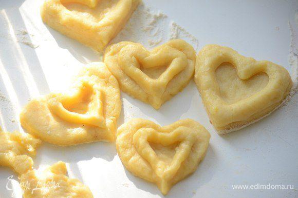 Затем раскатать тесто и и вырезать формочками по паре печенье в виде сердечек - одно целое, второе с отверстием внутри. Противень покрыть пекарской бумагой. Выпекать 15 мин при 180°С.