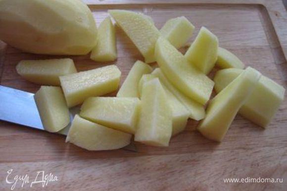 Порезать картошку (ломтики средней величины). Опустить ее в подсоленную кипящую воду. Отварить до готовности.